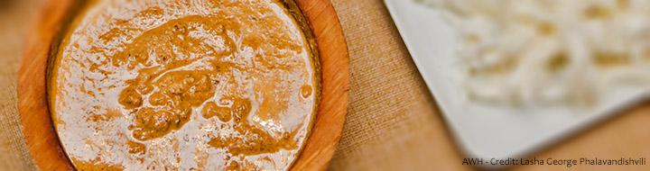 Иахни готовят из говяжей грудки с применением множества приправ, которые придают блюду особенный вкус