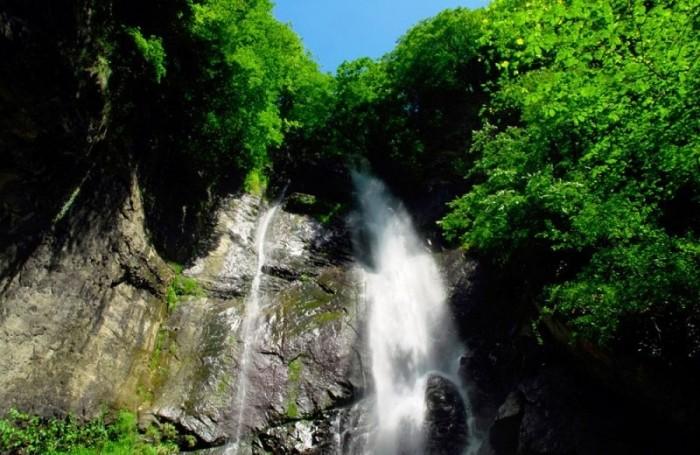 Красивый водопад парка Мтирала