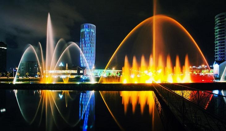 Шоу поющих фонтанов на Ардаганском озере
