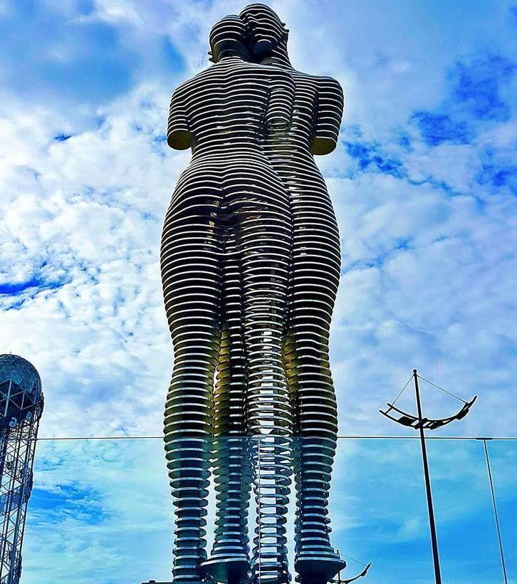 """Sculpture """"Ali and Nino"""" in Batumi"""