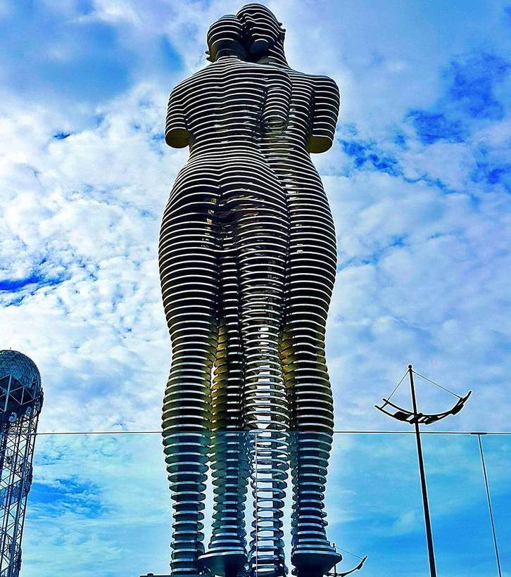 """Скульптура """"Али и Нино"""" в Батуми"""