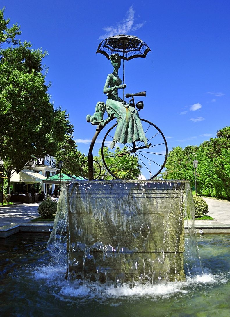 """Фонтан """"Дама с собачкой на велосипеде"""" в Батуми"""