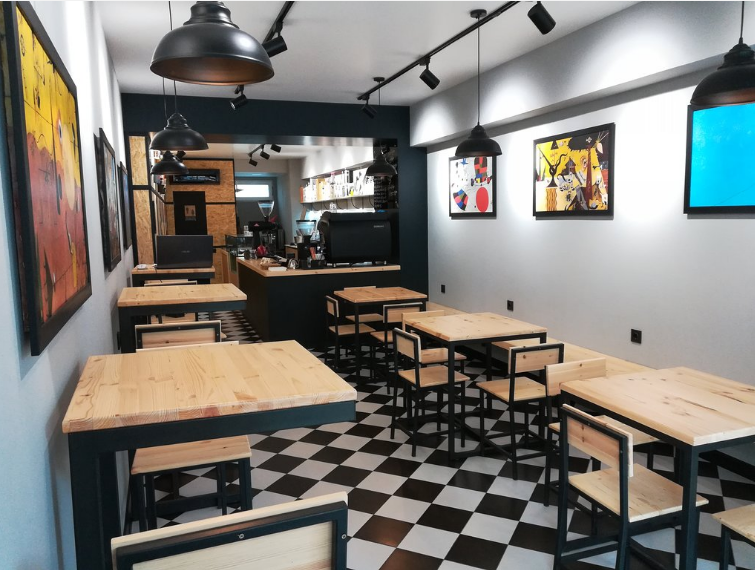 Минималистический интерьер в кофейне Rhino Coffee в Батуми